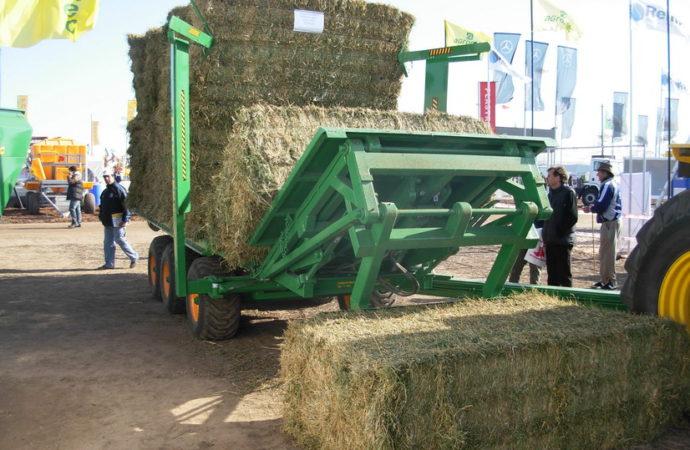 Agromec presentó el transportador de fardos gigantes TMF 140