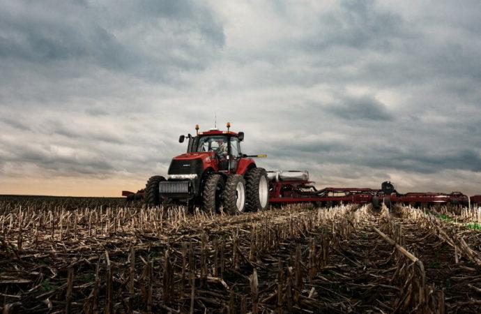 Tractores y cosechadoras, con números en rojo en el trimestre