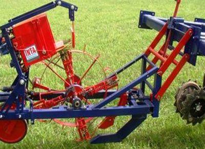 Premian invención de máquina plantadora de caña forrajera